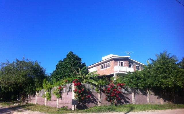 Linda casa de esquina, perto da praia, ventilada e arejada naturalmente!