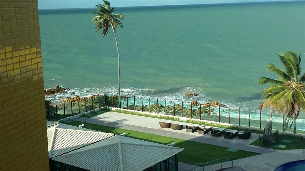 Ap, 2 dormitórios, pé na areia de Tabatinga com serviço completo de hotel