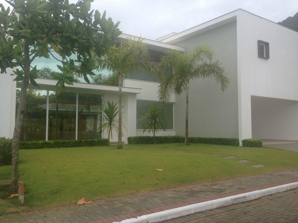 Casa à venda em Condomínio Fechado, arquitetura moderna cont de Directa Imóveis.'