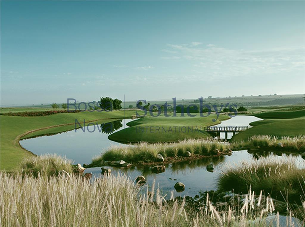 Moderna casa de lago em sofisticado condomínio de campo