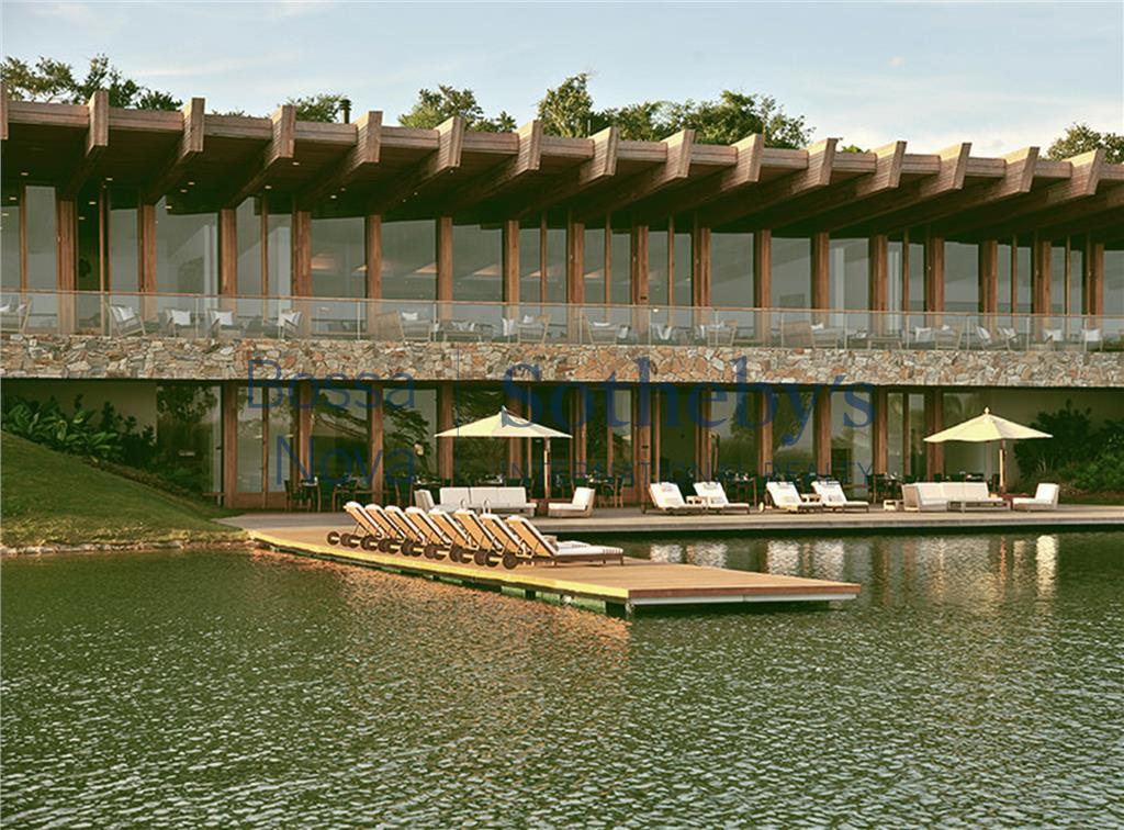 Casa com design moderno em meio a amplo jardim arborizado