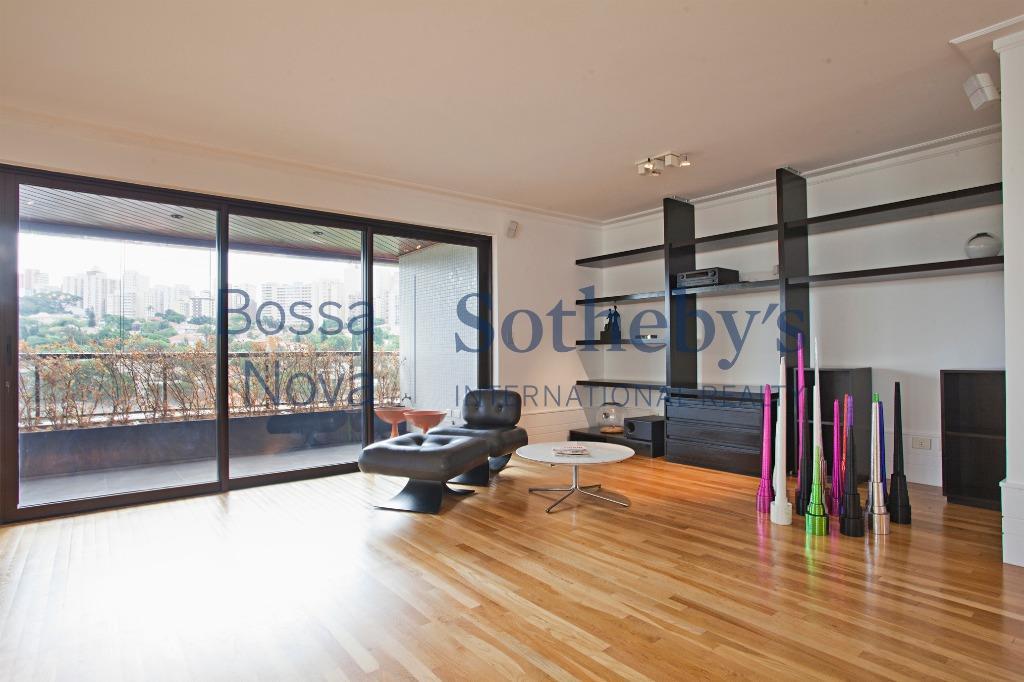 Apartamento reformado com ambientes amplos e iluminados