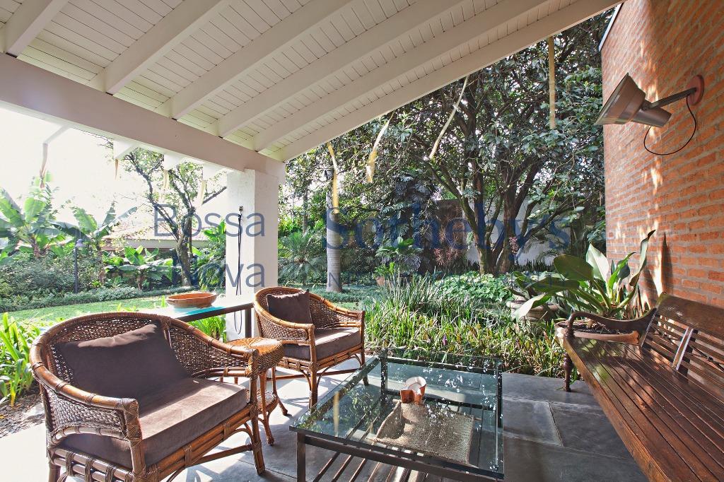 uma casa dentro de um quintal arborizado