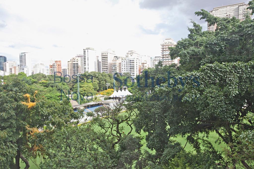 Apartamento reformado próximo aos Clubes Hebraica e Pinheiros.