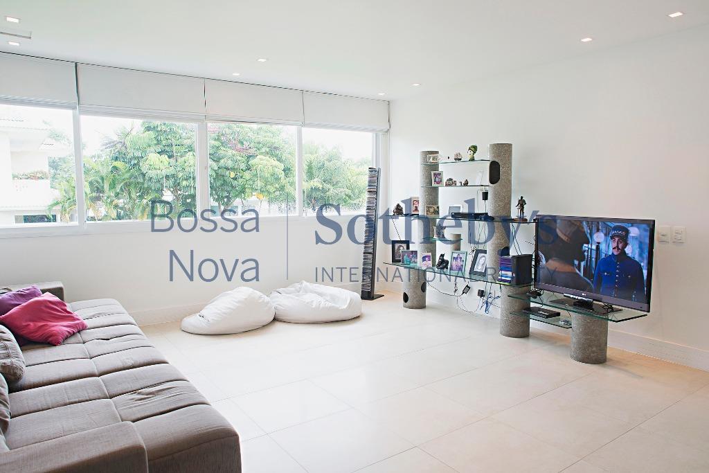 Extraordinária e confortável casa contemporânea em condomínio