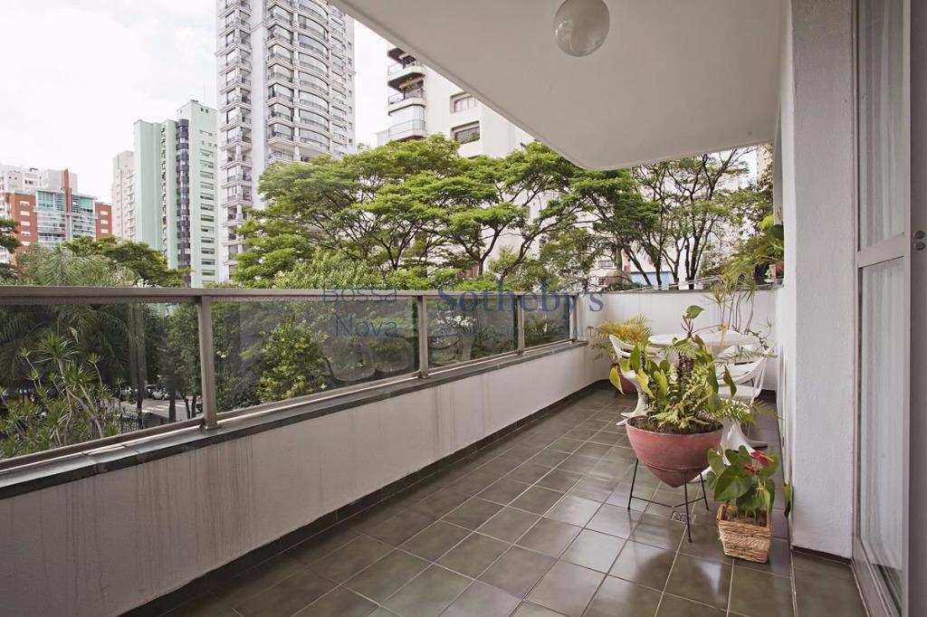 Apartamento com otima planta e potencial para modernização em Moema!