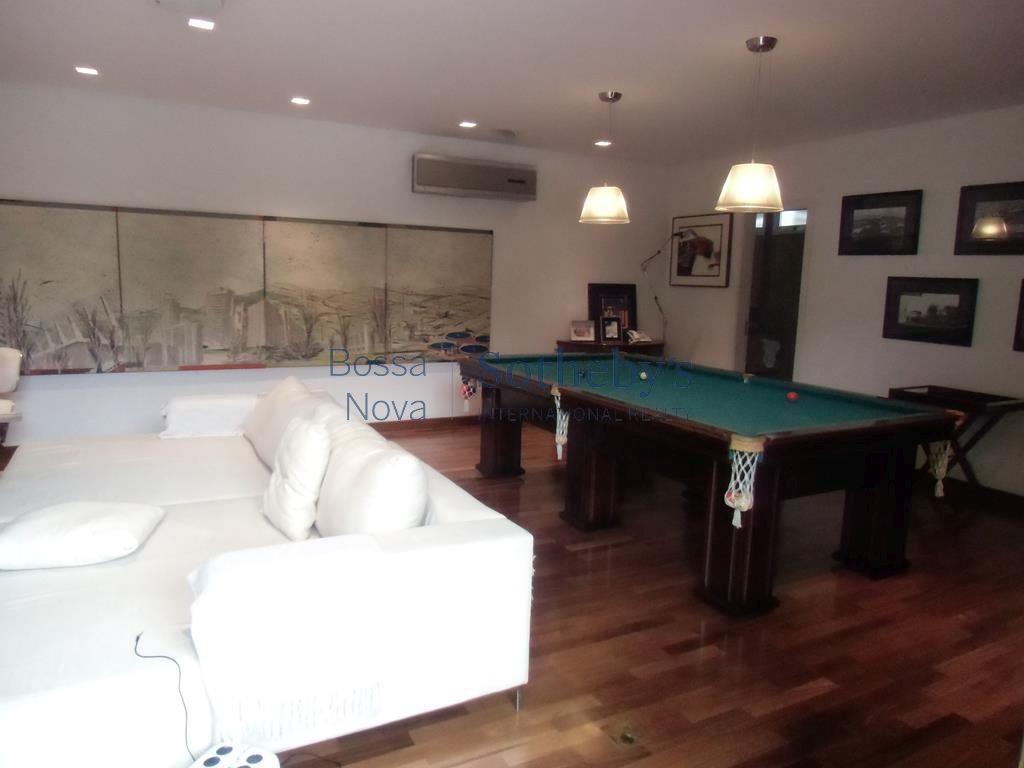 Casa bem localizada com muito espaço e área verde.