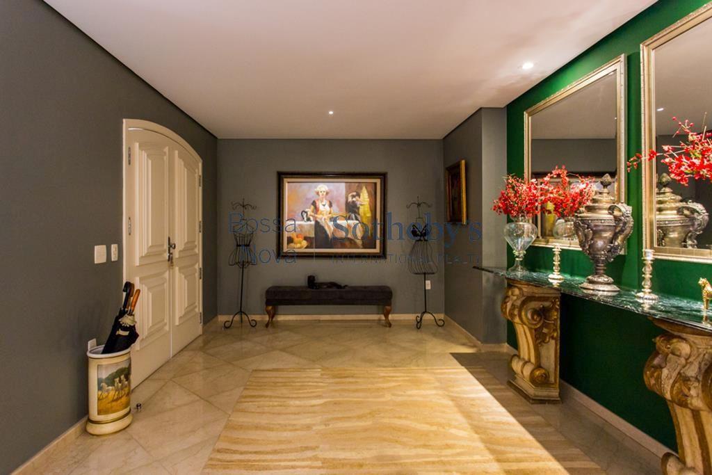 Suntuosa residência em condomínio  fechado no Jardim Europa.