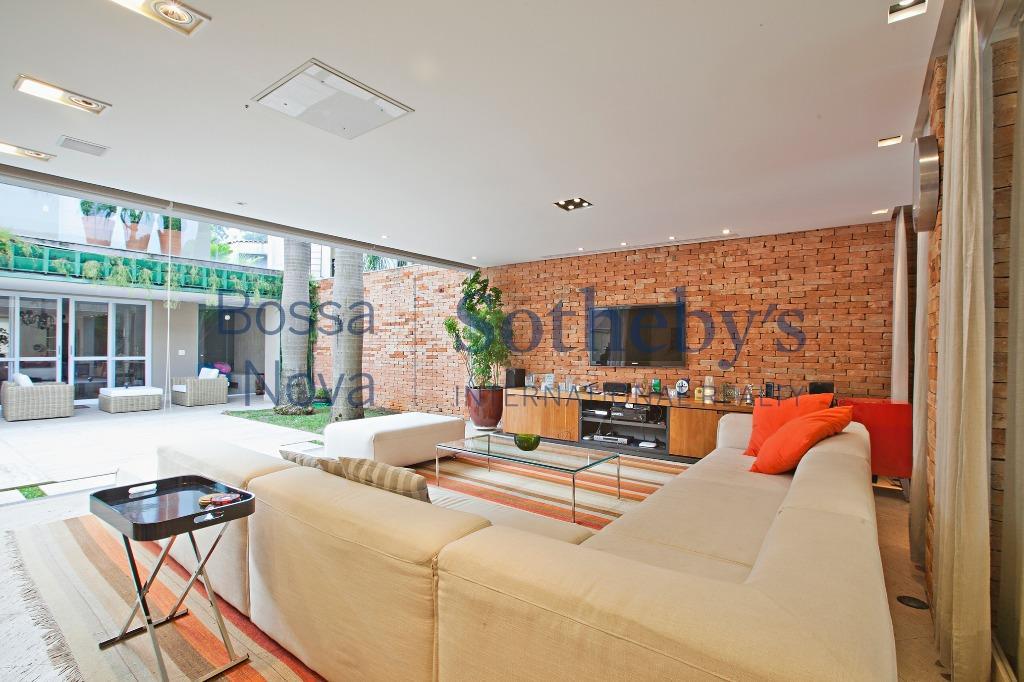 Casa cool, toda integrada com piscina e solarium. Segurança de rua 24hrs !