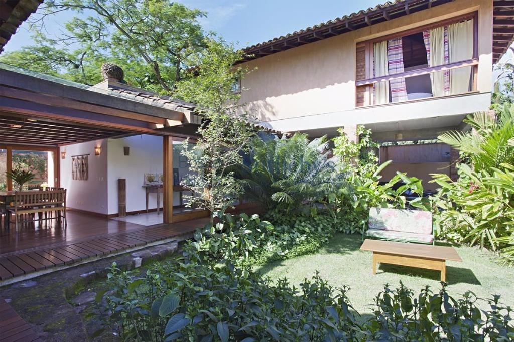 Linda casa arborizada em Ilhabela
