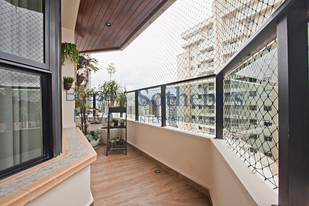 Apartamento com terraço em andar alto