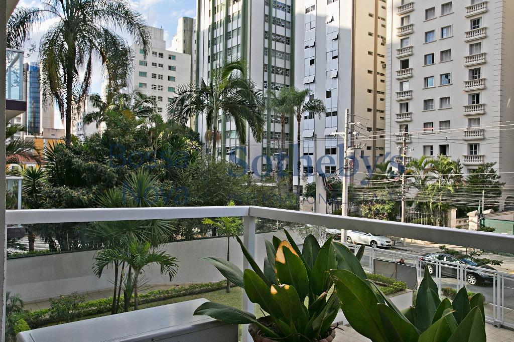 Amplo apartamento em localização privilegiada .