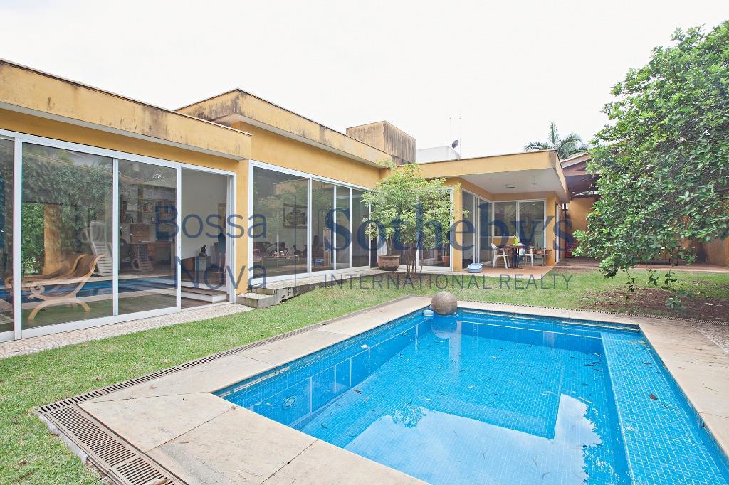 Casa térrea gostosa, rodeada por jardim e muito ensolarada.