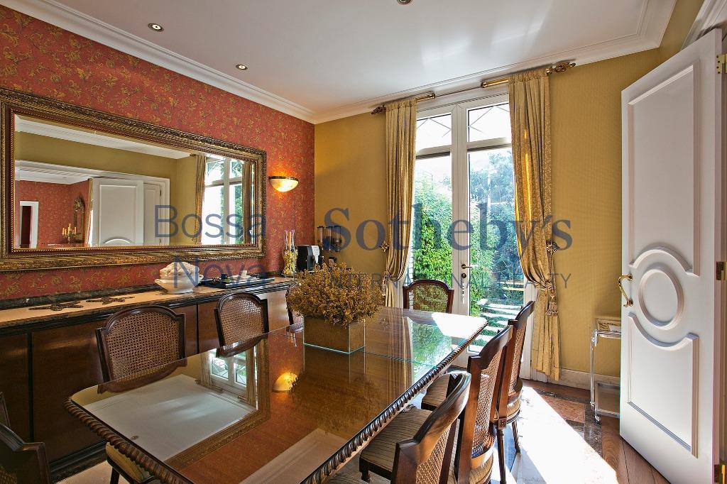 Casa localizada no melhor e mais seguro condomínio fechado do Morumbi.