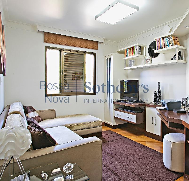 Amplo apartamento com localização privilegiada na Vila Madalena, São Paulo.