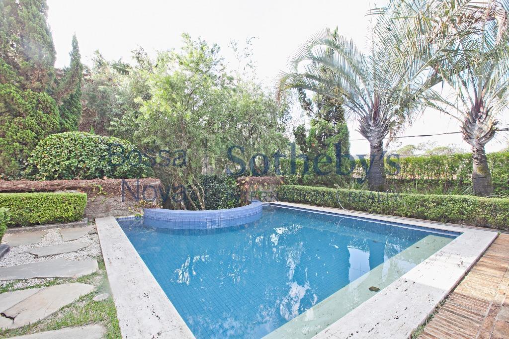 Casa clássica com excelentes acabamentos e lindo Jardim