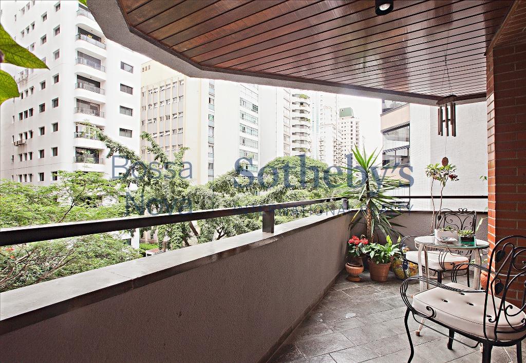 Apartamento com varanda em edifício procurado
