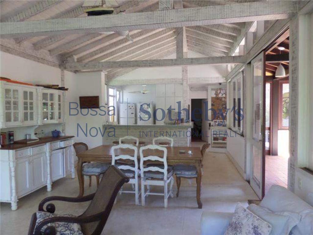 Linda casa de praia que oferece espaço e conforto