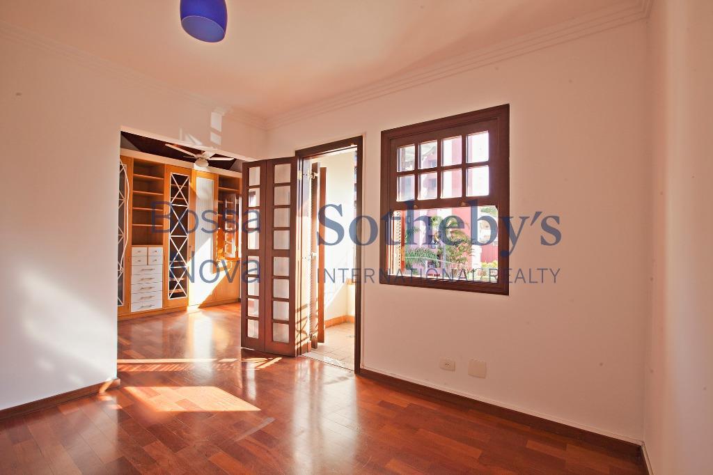 Casa em condomínio com segurança no Morumbi.