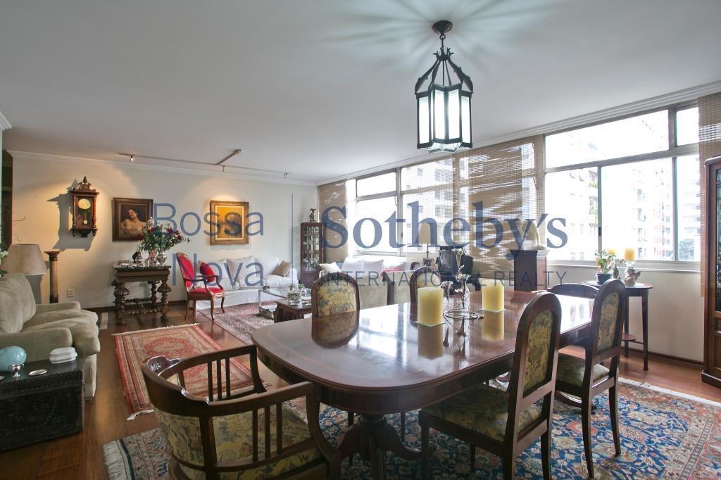 Apartamento reformado com amplas suítes
