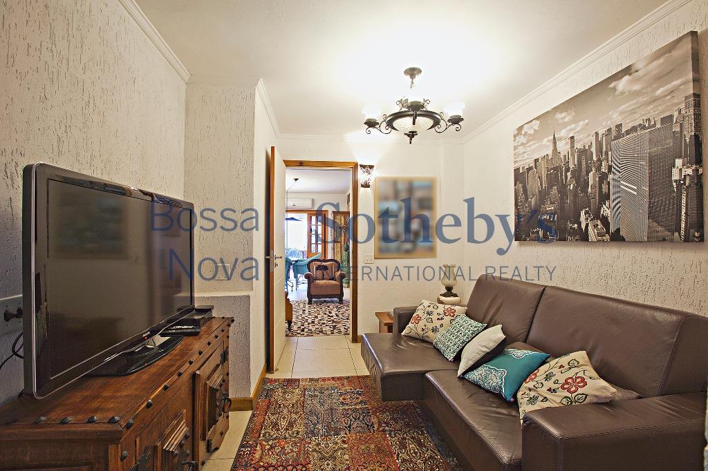 Apartamento com cara de casa, reformado e bem descolado.