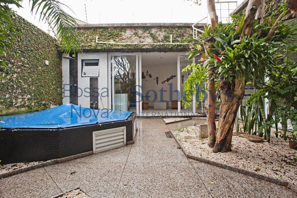 Linda casa,moderna, com muito lazer em rua arborizada e tranquila no Sumaré.