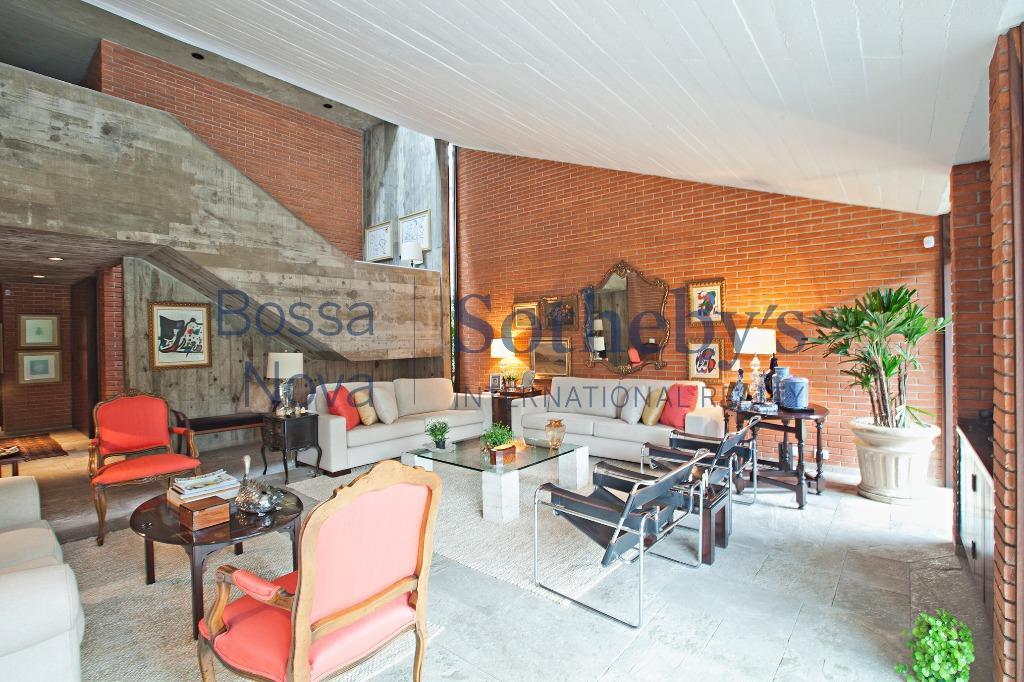 Linda casa em frente a mais linda praça de Alto de Pinheiros!