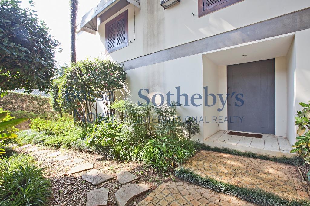 Casa em rua fechada com 2.000 m² de terreno.