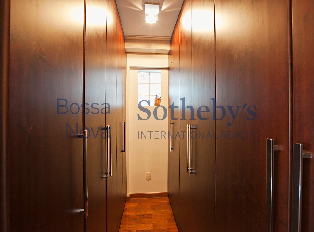 Linda Cobertura, prédio isolado, super ensolarado e uma vista maravilhosa!
