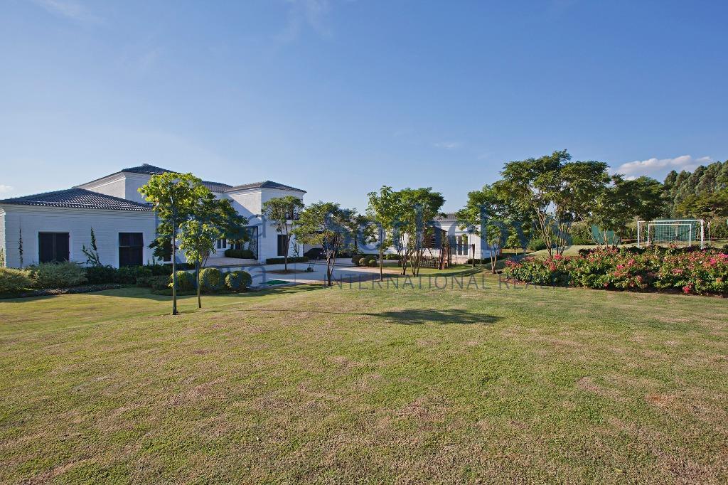 Elegante residência de campo com jardim exuberante
