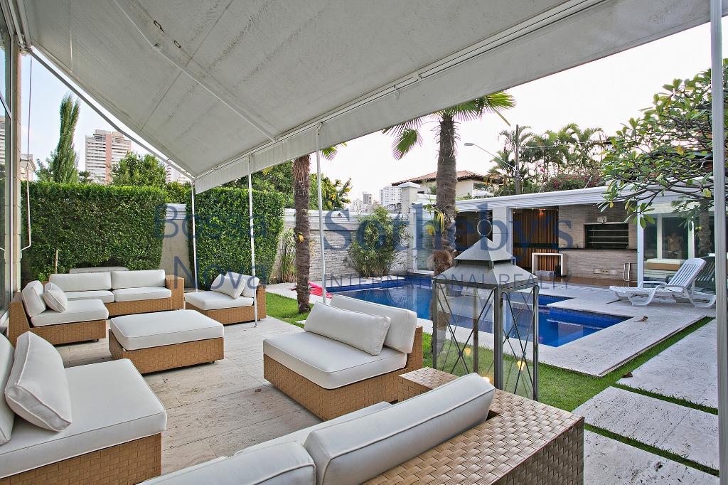 Linda residência num dos condomínios mais bonitos da Cidade Jardim