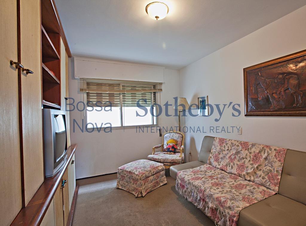 Amplo apartamento em ótima localização .