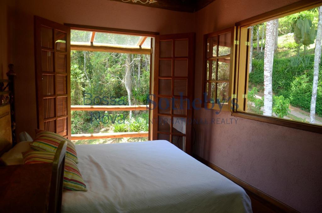 Charmosa e aconchegante em condomínio fechado de alto padrão com muito verde e vista indevassável
