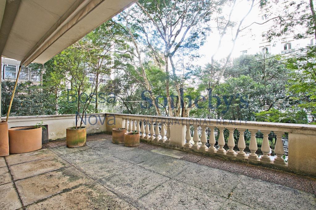 Apartamento clássico com varanda estendida com vista para a copa das árvores próximo ao Paulistano.