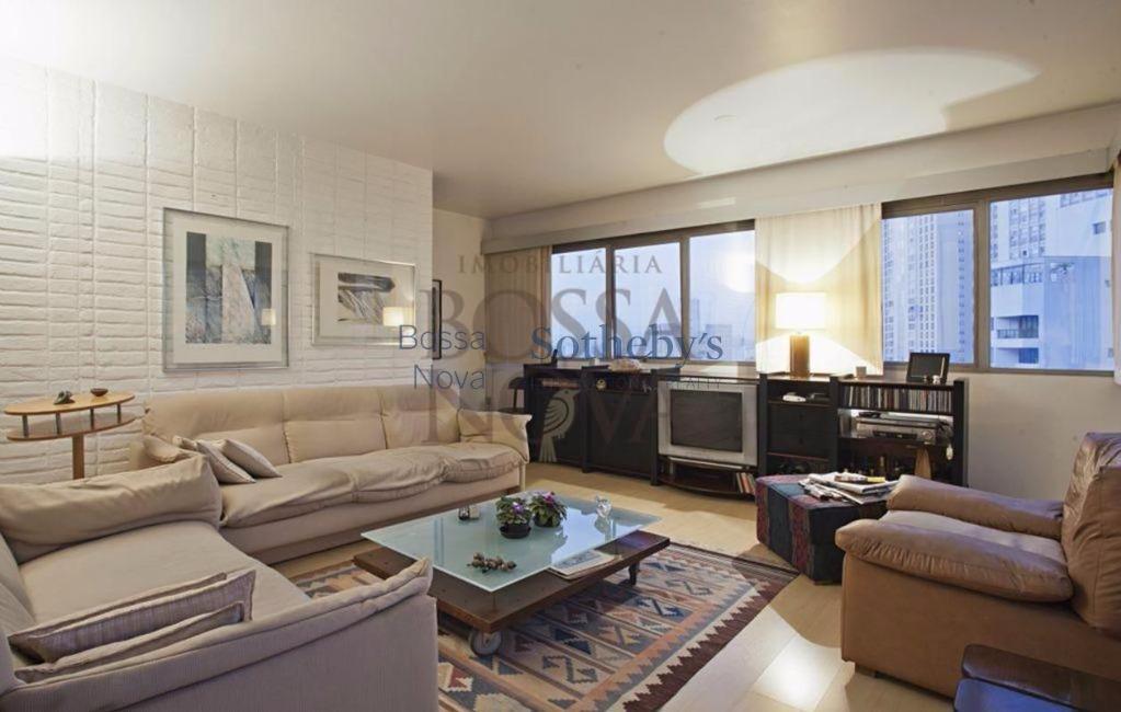 Prédio bonito e em localizado. O apartamento é impecável e super arejado.