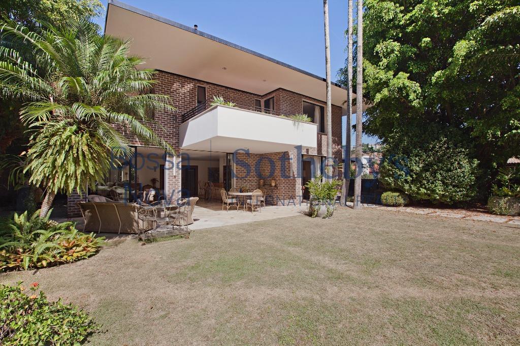 Suntuosa residência, em local tranquilo, próxima ao Parque Alfredo Volpi.