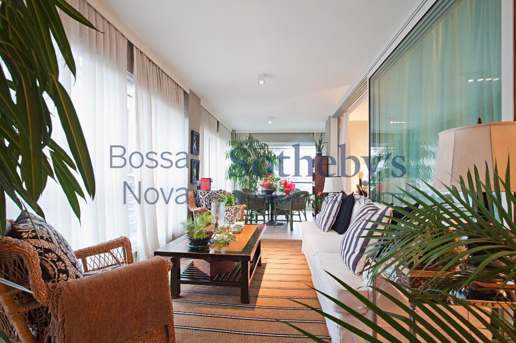 Suntuoso apartamento com vista para o Clube Pinheiros.