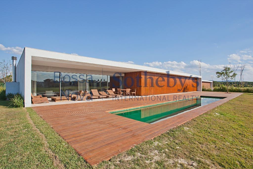 Moderna casa com vista para campo de golfe