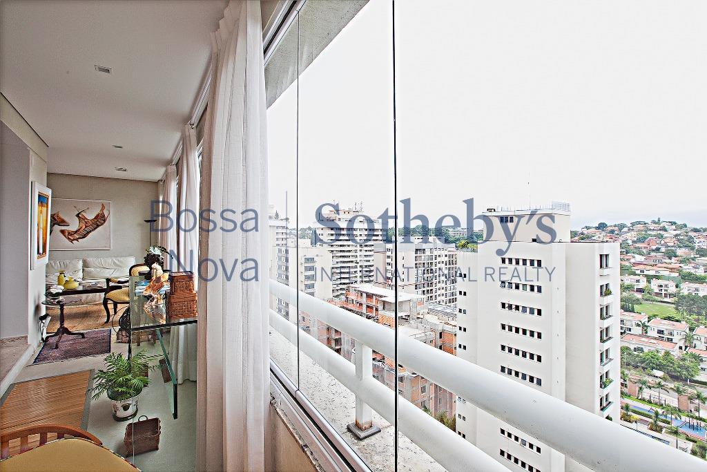 Vista maravilhosa em belo apartamento com varanda!