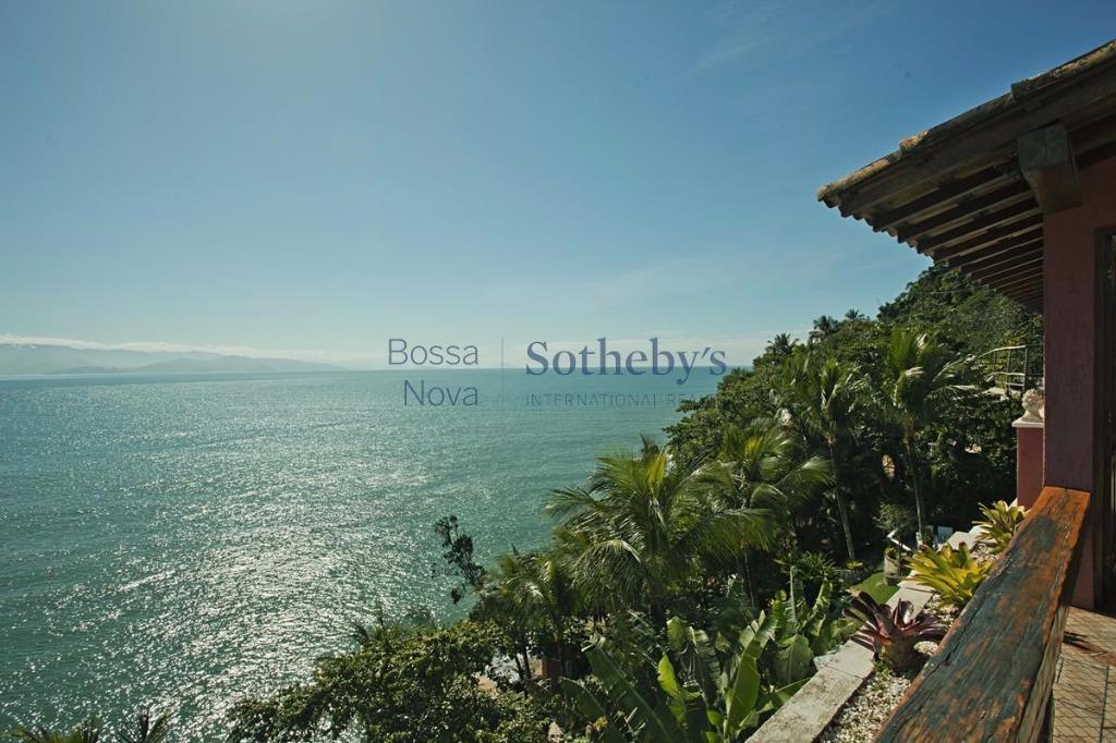 Casa costeira com vista para o mar.