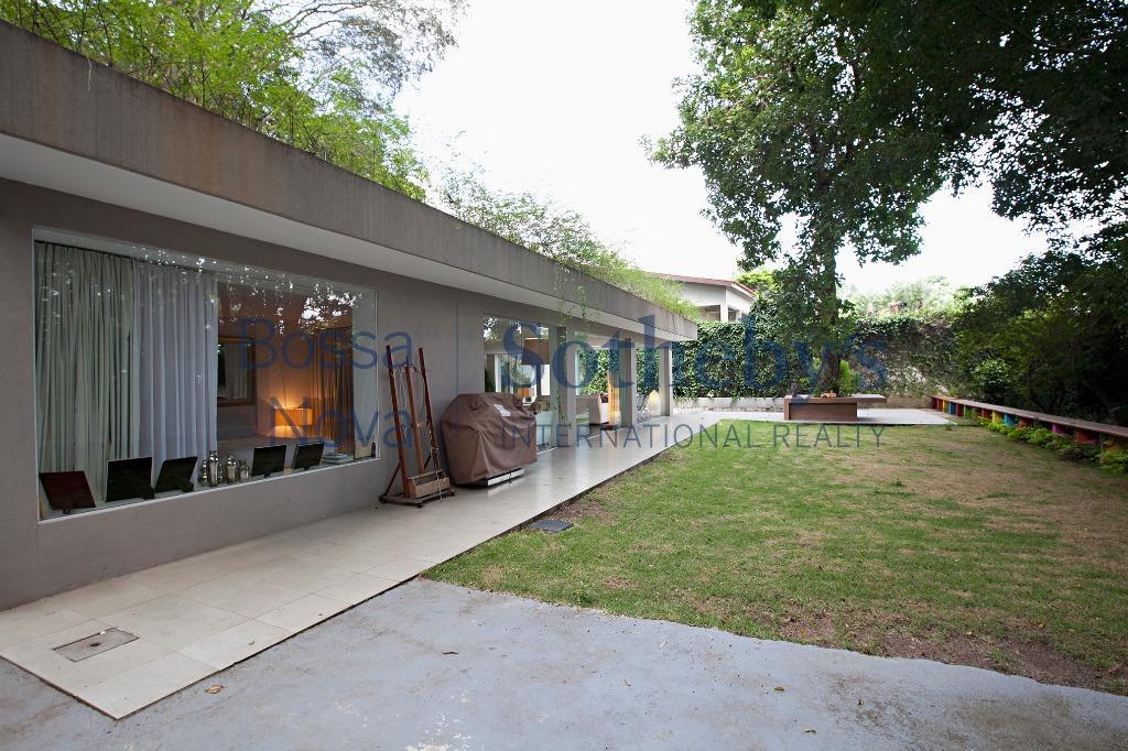 Totalmente mobiliada, diferente de tudo o que você imaginou, com modernidade e verde na medida certa