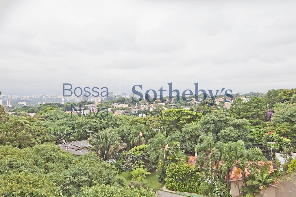 Rua exclusiva com vista para o skyline de São Paulo.