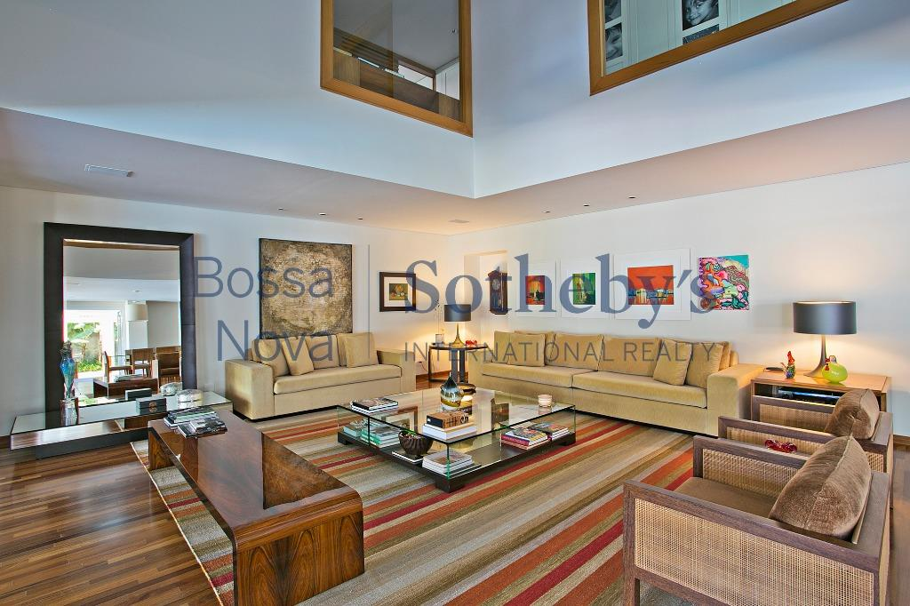 Suntuosa residência em excelente localização.