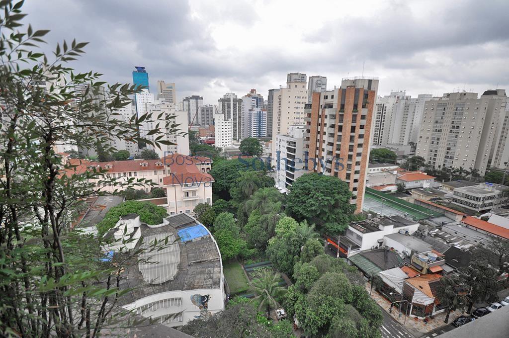 Apartamento reformado, próximo ao parque do Ibirapuera.