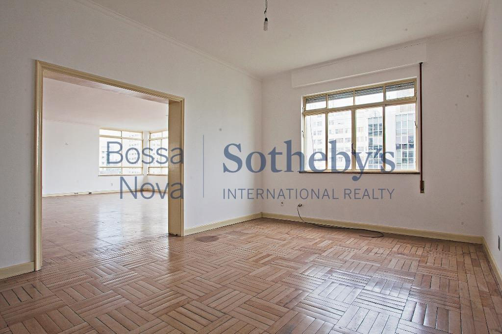 Belo apartamento, com uma área magnífica e com enorme potencial para reforma!