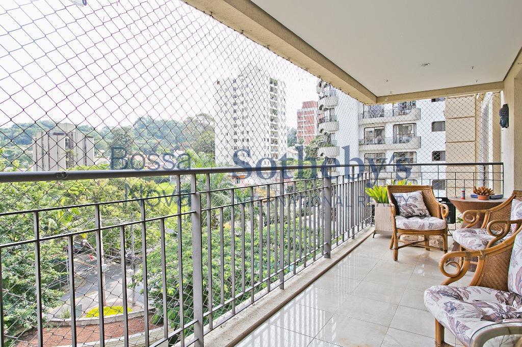 Amplo apartamento em rua cobiçada no Real Parque.