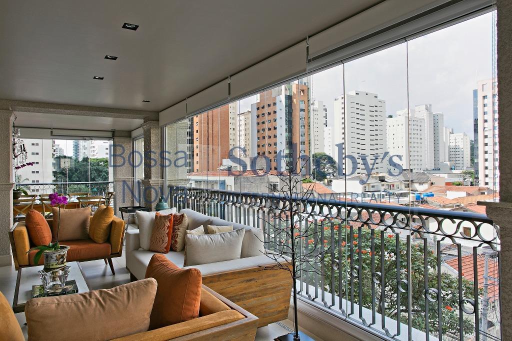 Apartamento reformado, terraço gourmet Vila Nova Conceição, São Paulo.