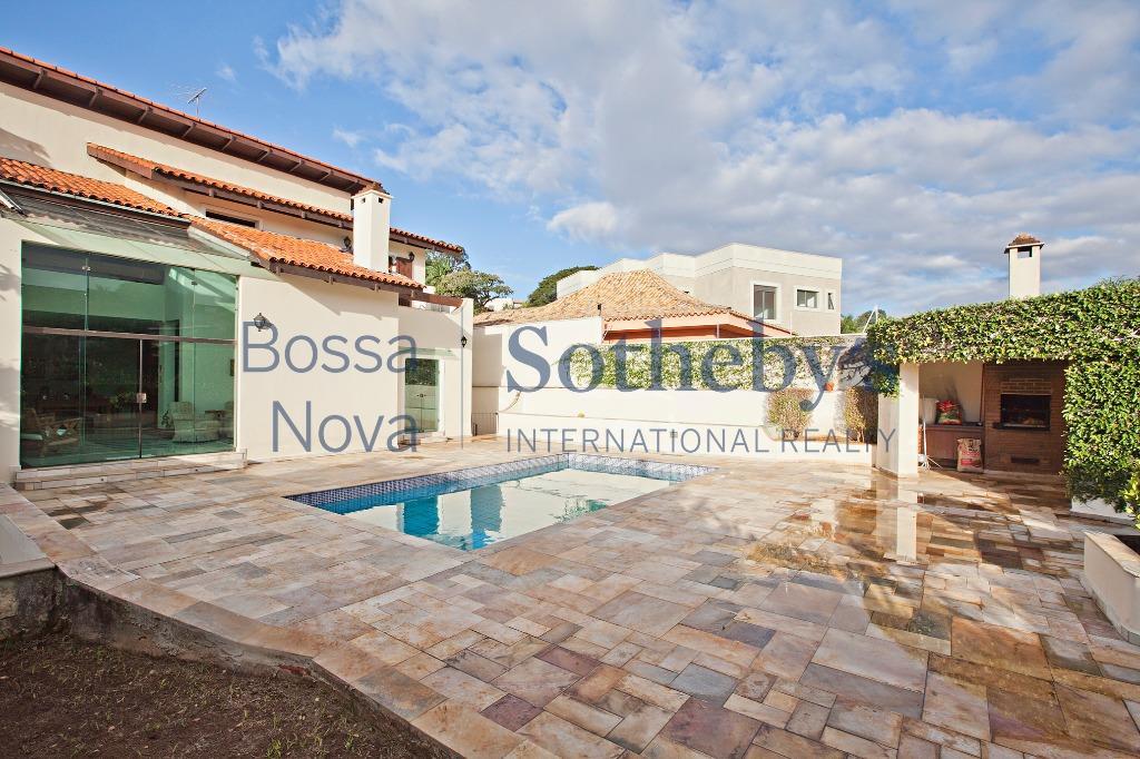 Casa com ótima distribuição em excelente localização.