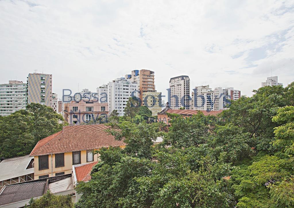 Reformado em ótima rua de Higienópolis, com vista.