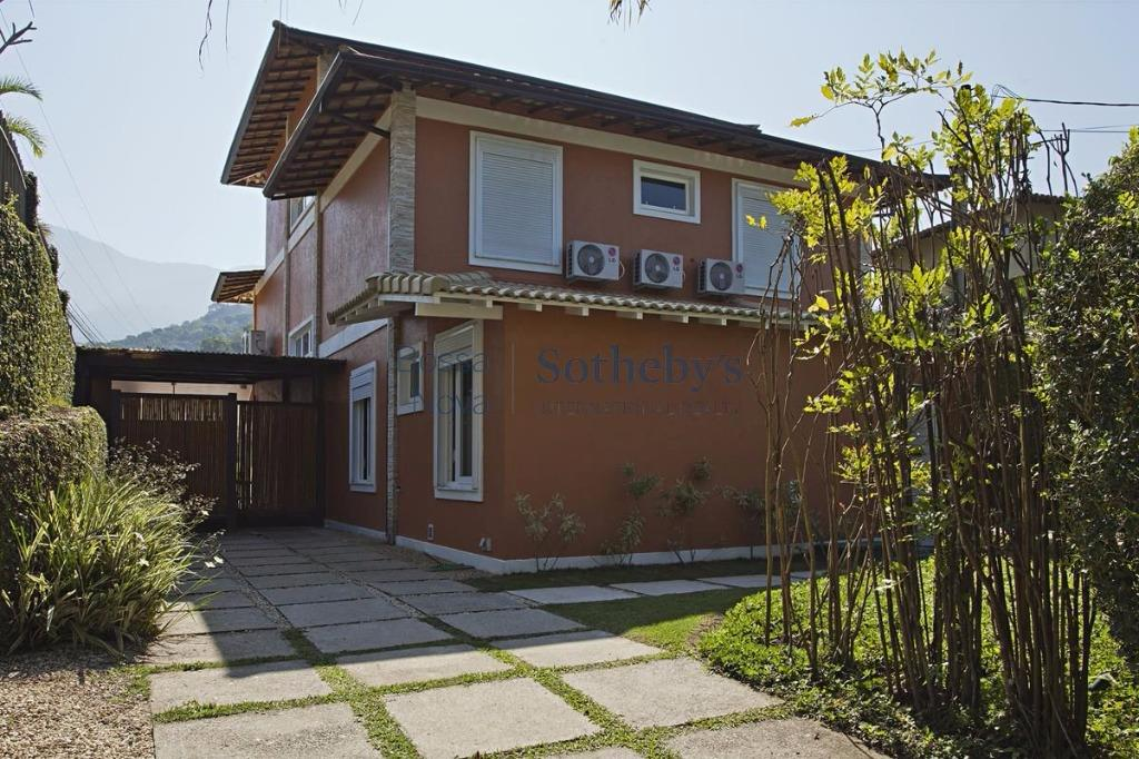 Charmosa casa no Condomínio Porto Frade.
